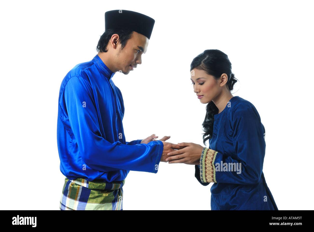 Pareja musulmana malaya Durante Eid Mubarak Foto de stock
