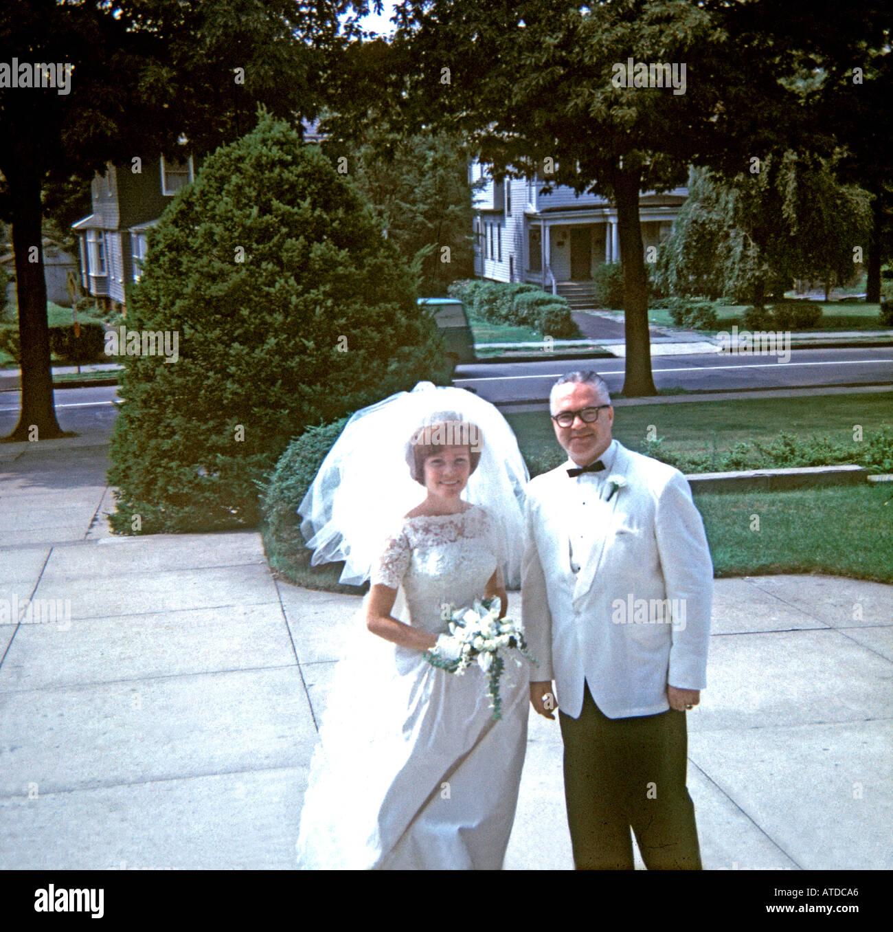 """1960 Vintage """"vieja foto de familia"""" de Estados Unidos con el Padre de la novia boda fuera Iglesia Mujer Hombre tradicional """"vestido de bodas"""" Imagen De Stock"""
