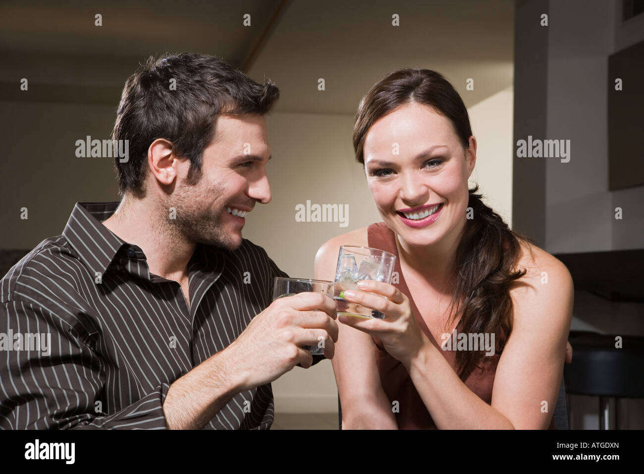 Par de beber cócteles Foto de stock
