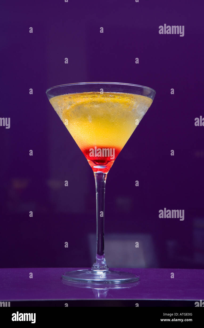 En un bar de cócteles Foto de stock