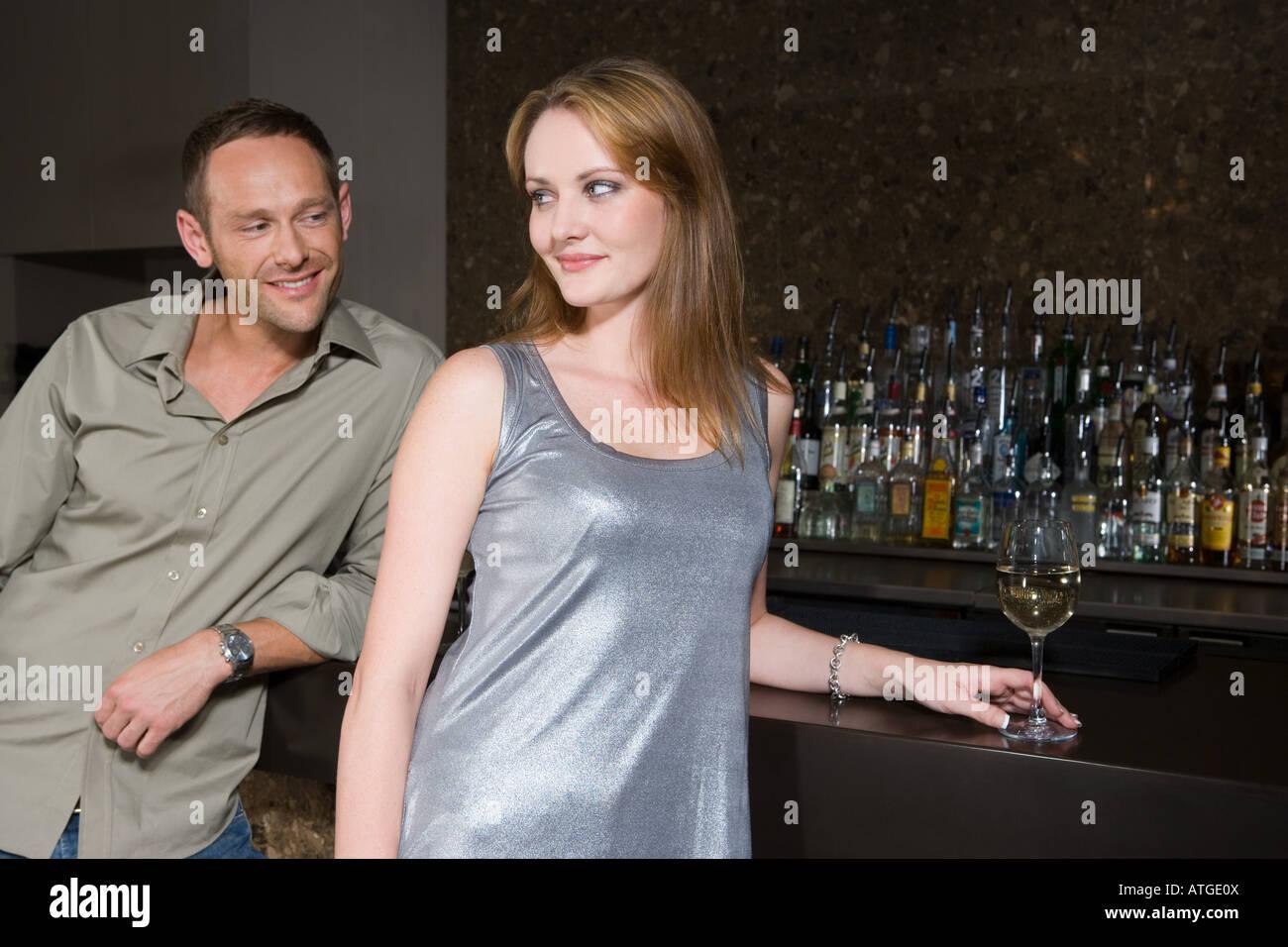 Par el coqueteo en un bar. Foto de stock