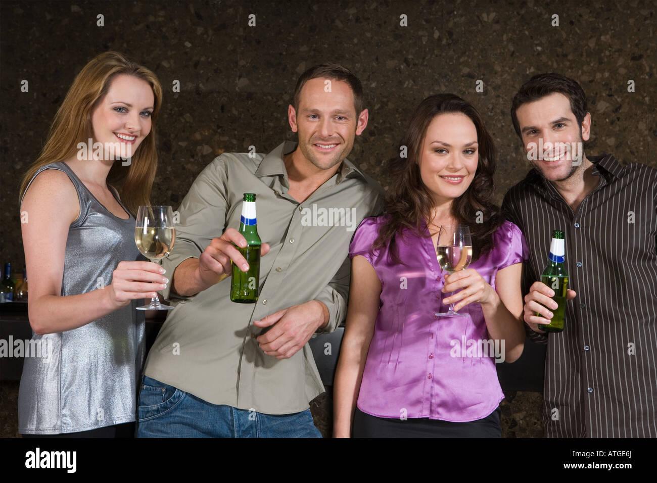 Cuatro personas en un bar. Foto de stock