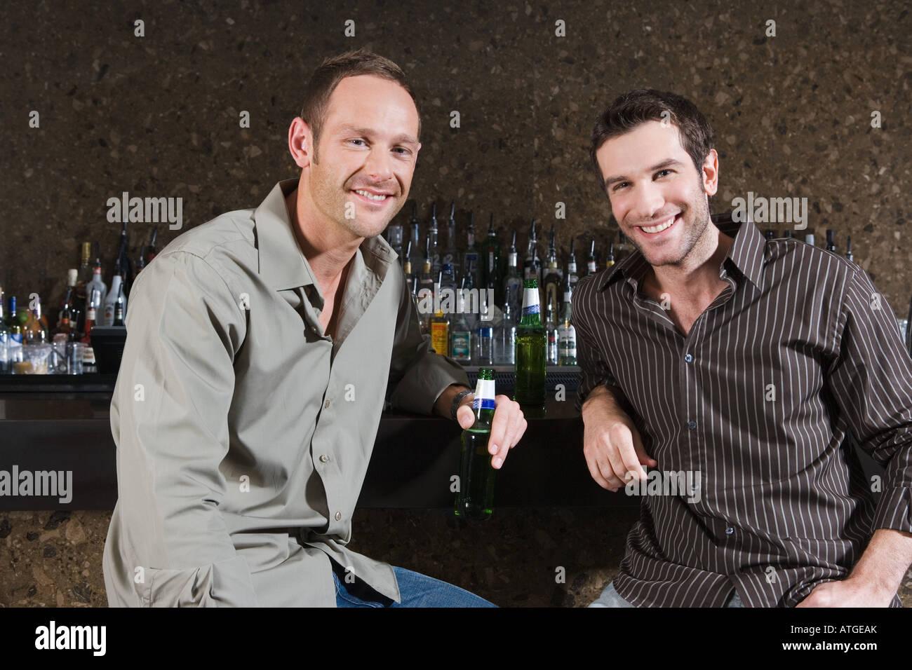 Dos hombres bebiendo en un bar. Foto de stock