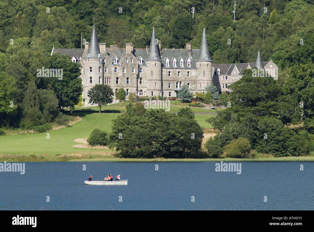 Dh Loch Achray Hotel Loch ACHRAY STIRLINGSHIRE Queen Elizabeth Forest Park y bote de remos Escocia verano multipropiedad Imagen De Stock