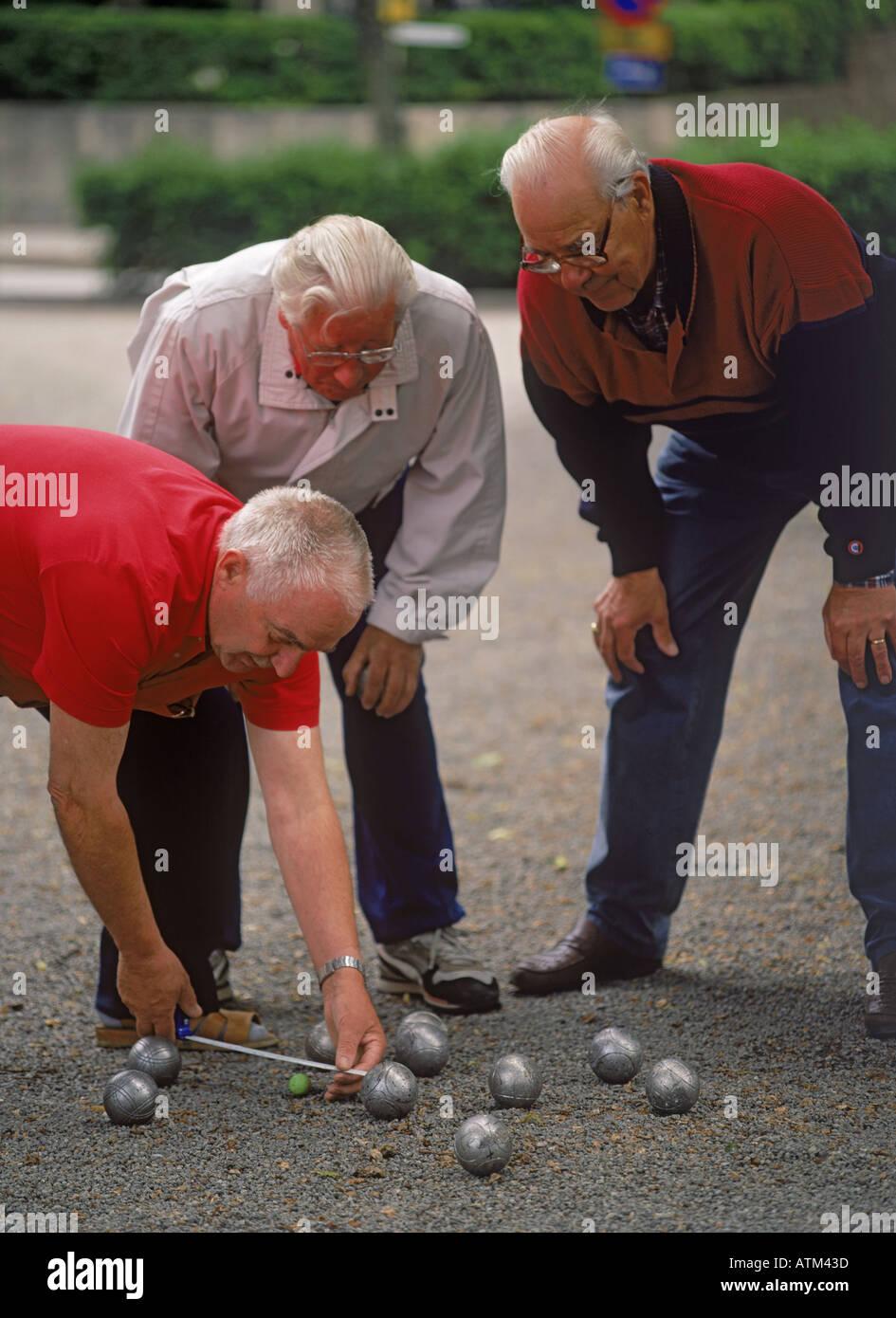 Senores Ancianos O Jubilados Jugando A La Petanca En La Ciudad O En