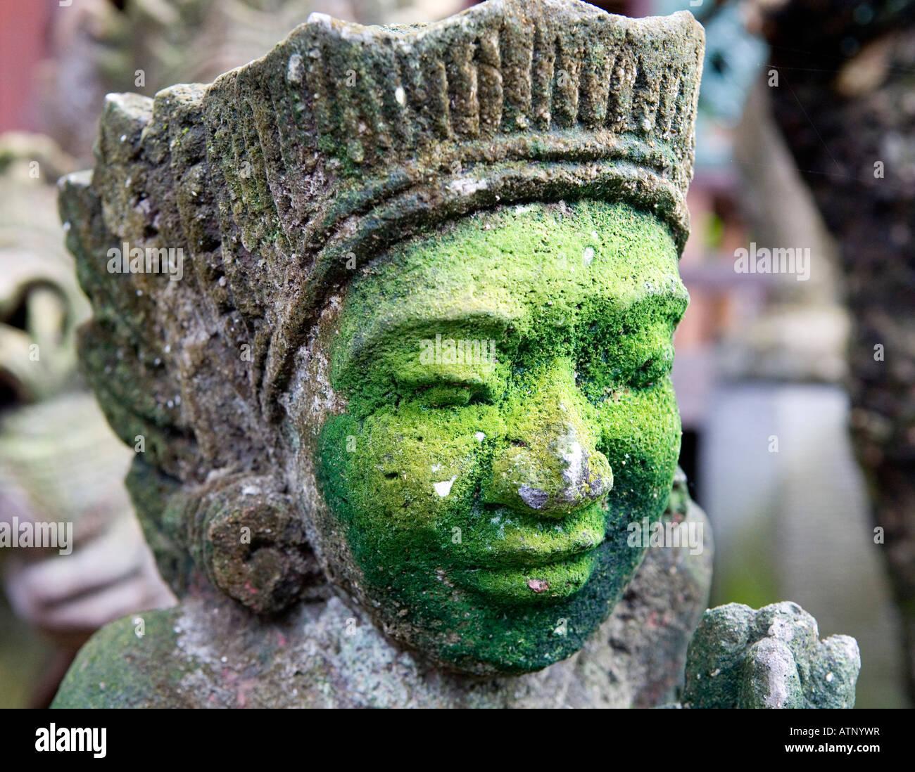 Decorado Animalistic Templo tallado con un moho verde cara Ubud, Bali, Indonesia Imagen De Stock