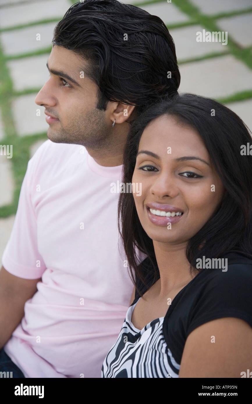Retrato de una joven sonriente con un joven a su lado Imagen De Stock