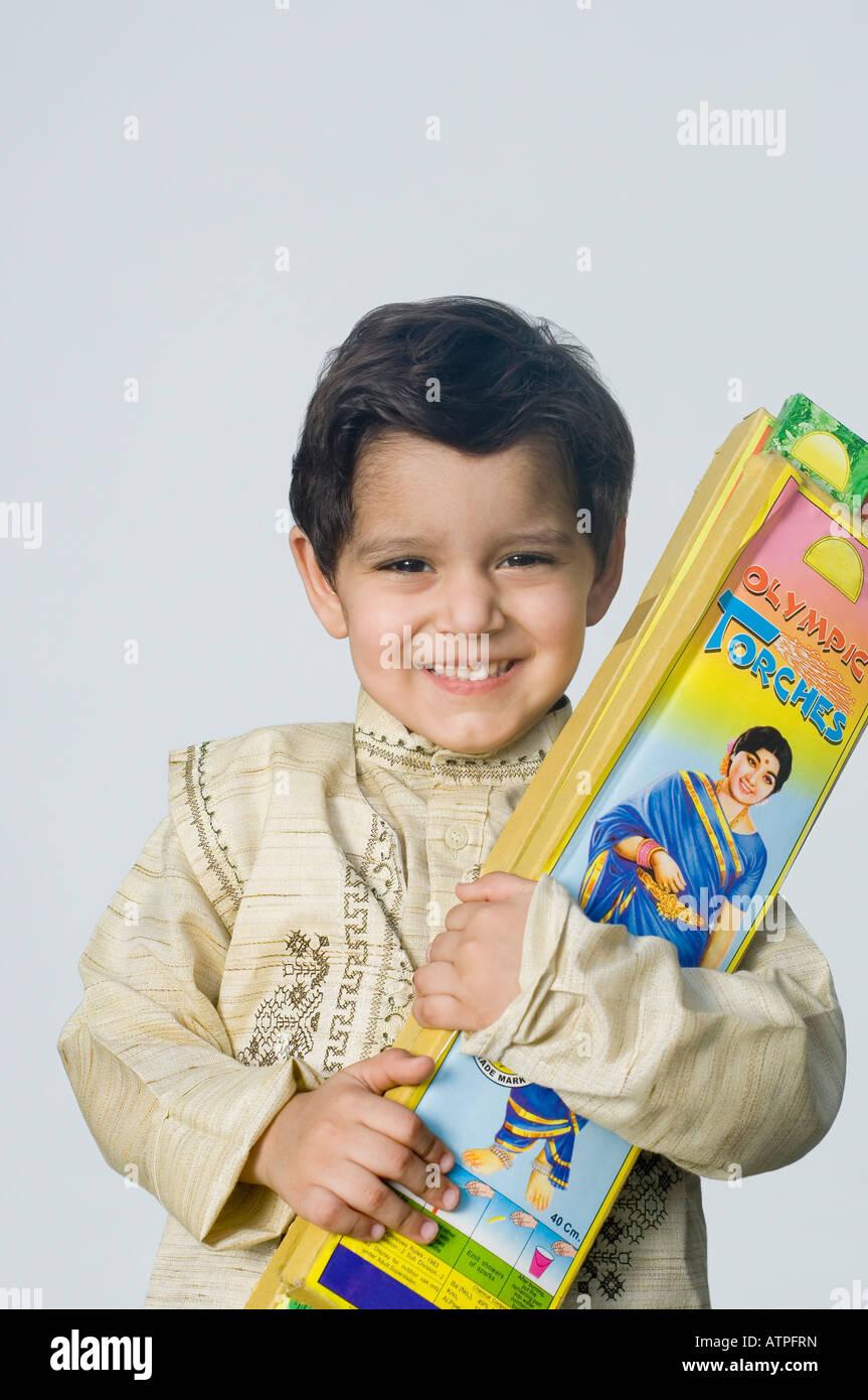 Retrato de un niño sosteniendo los paquetes de petardo Imagen De Stock