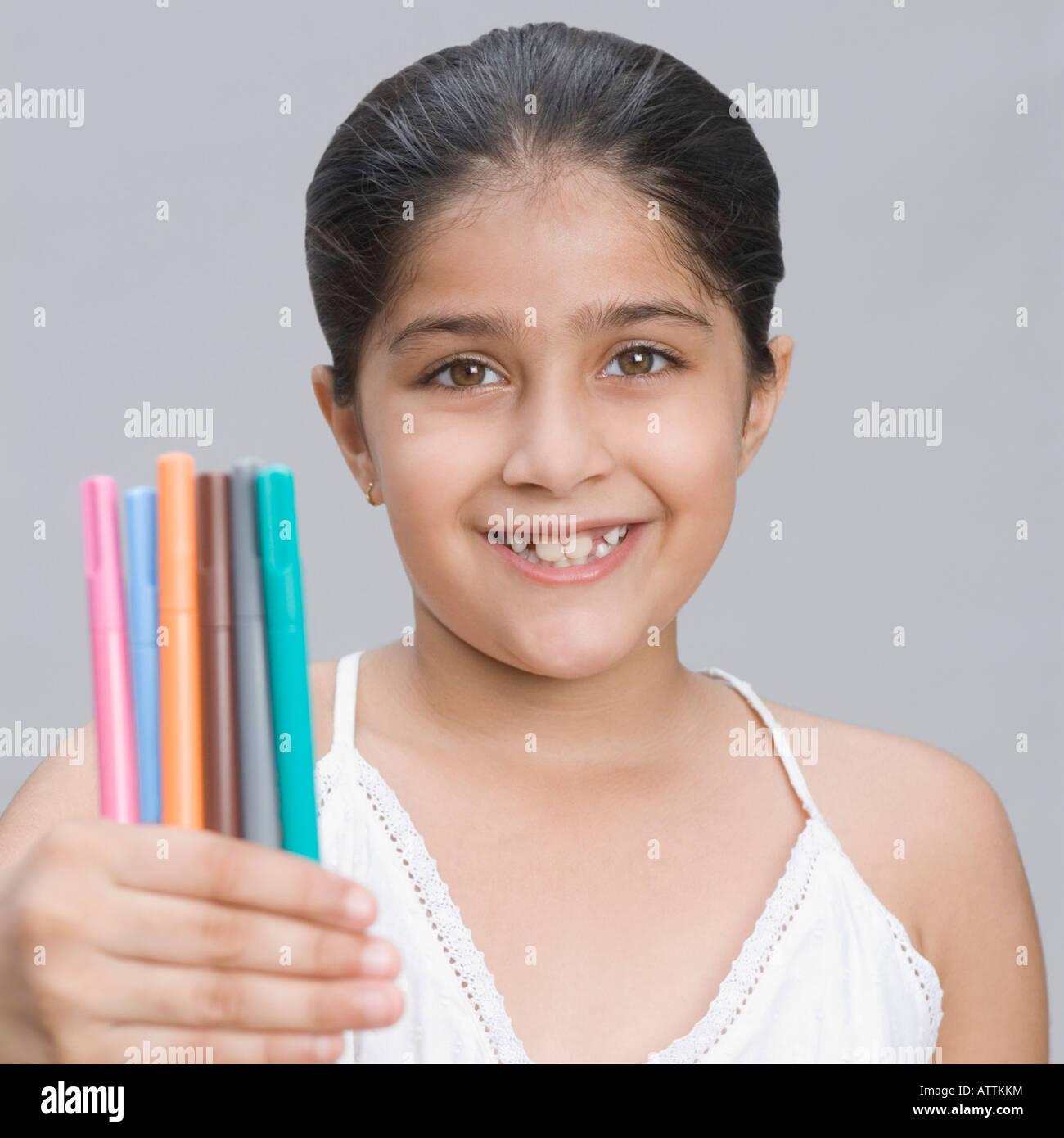 Retrato de una niña sonriente y rediles Imagen De Stock
