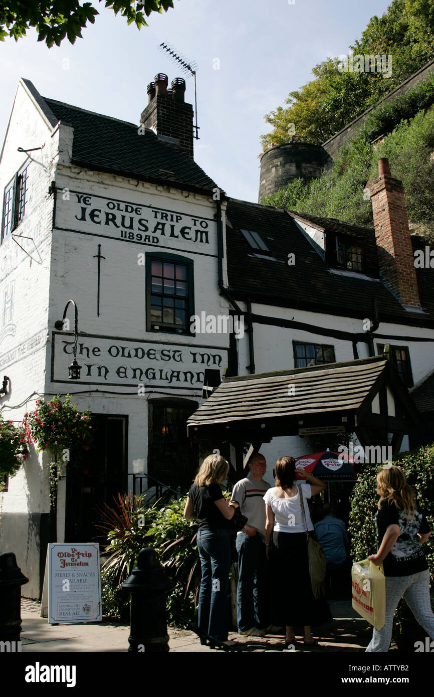 Los turistas fuera de viaje a Jerusalén Ye Olde inn más antiguo de Inglaterra pub castle road Nottingham, Inglaterra Imagen De Stock