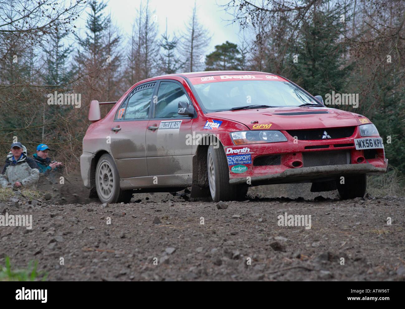 Rally Car en un bosque especial etapa de un motor sport rally Imagen De Stock