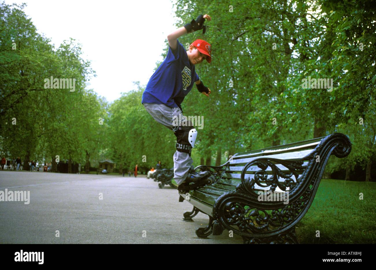 Muchacho sobre rollerbalades en Hyde Park. Imagen De Stock