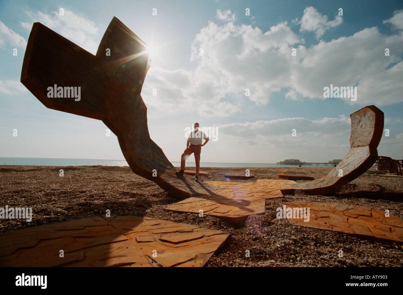 Pasacalles 20-tonelada curvo de hierro fundido escultura en Brighton Beach con el artista, el escultor Charlie Hadcock. Foto de stock