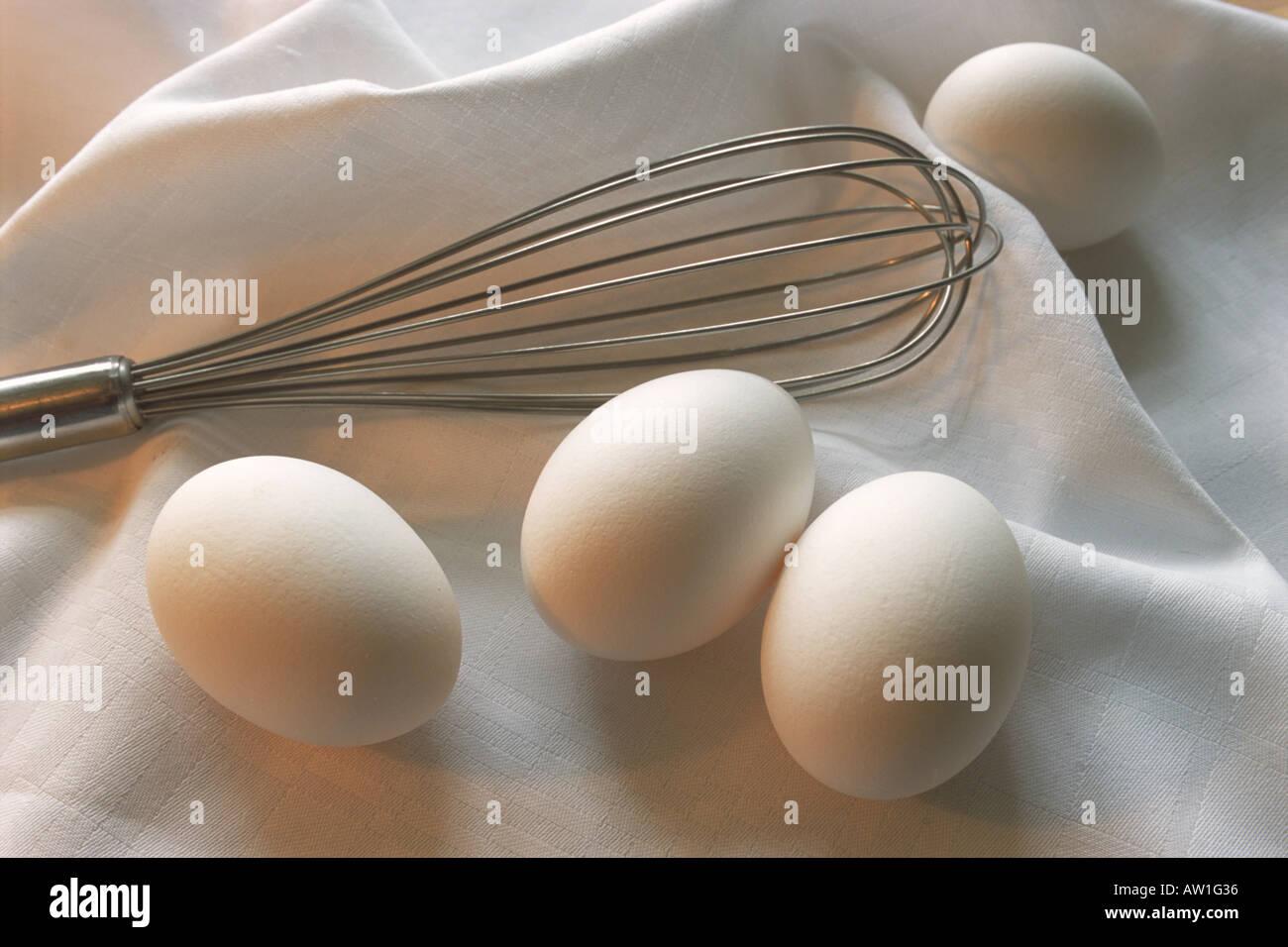 Still life de bata con huevos de gallina sobre un paño blanco en la cocina Imagen De Stock