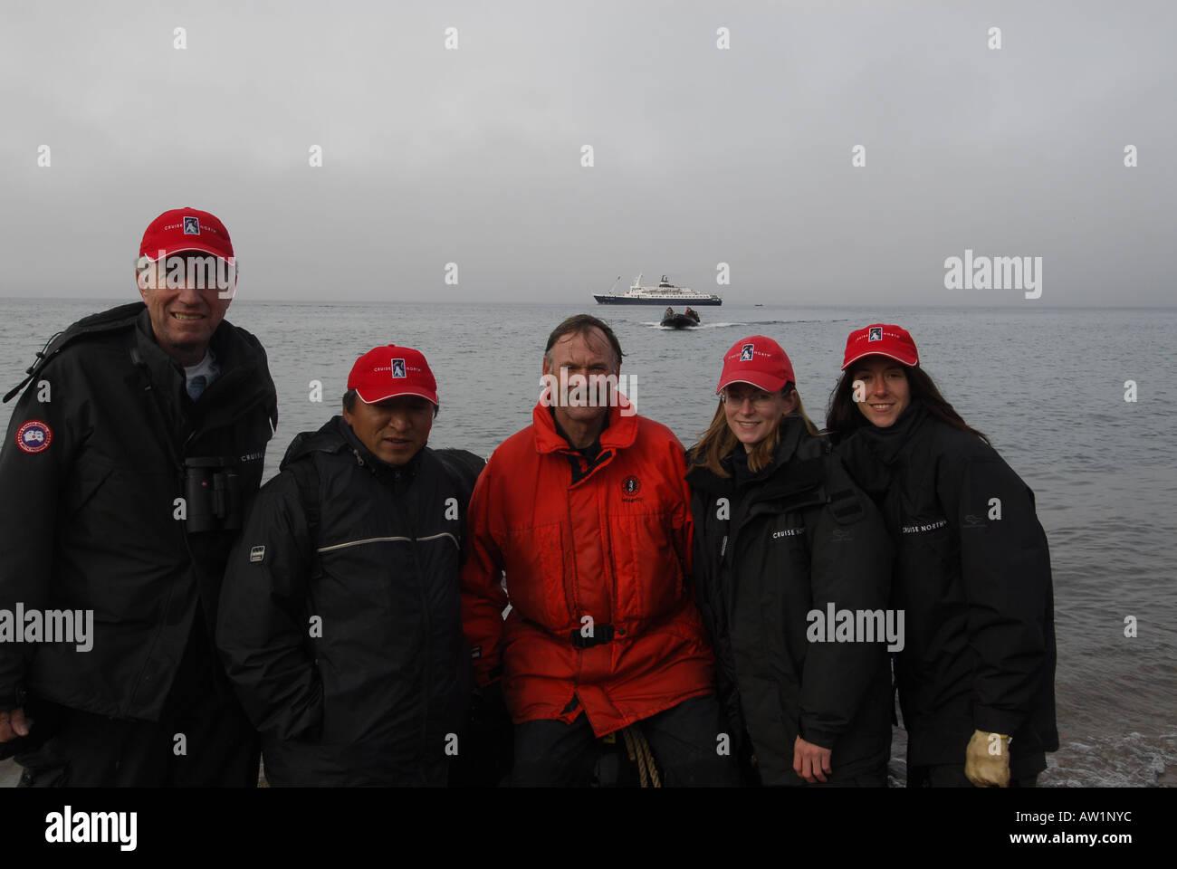 Crucero tripulación, los líderes de la expedición de la isla de Baffin entrada estanque Alto Ártico Canadá turísticos remotos aislados Senderismo Senderismo la niebla rock rockly lengua Imagen De Stock