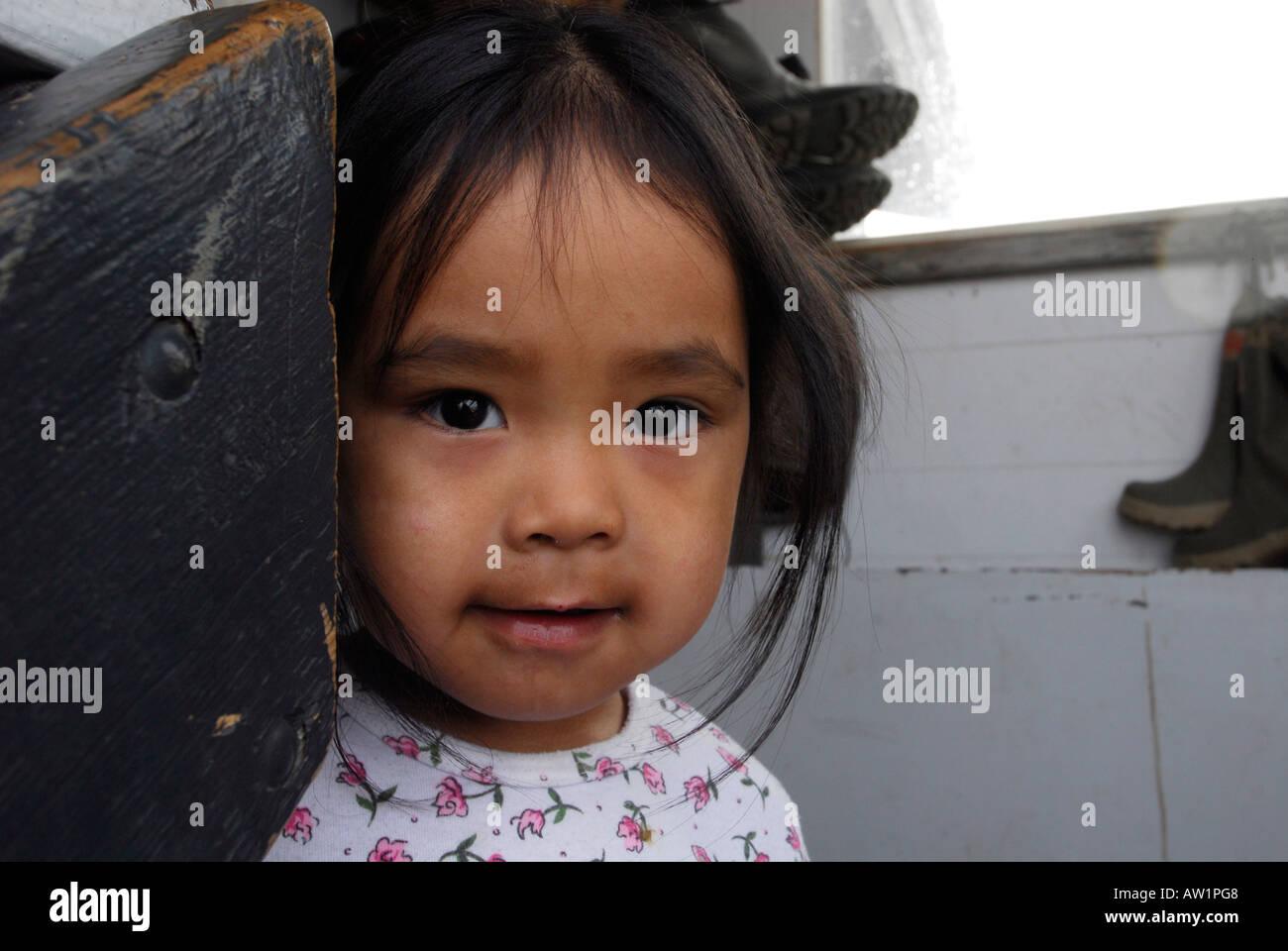 Entrada estanque niña Inuit de la isla de Baffin Alto Ártico Canadá turísticos remotos aislados Senderismo Senderismo la niebla rock rockly lengua Imagen De Stock