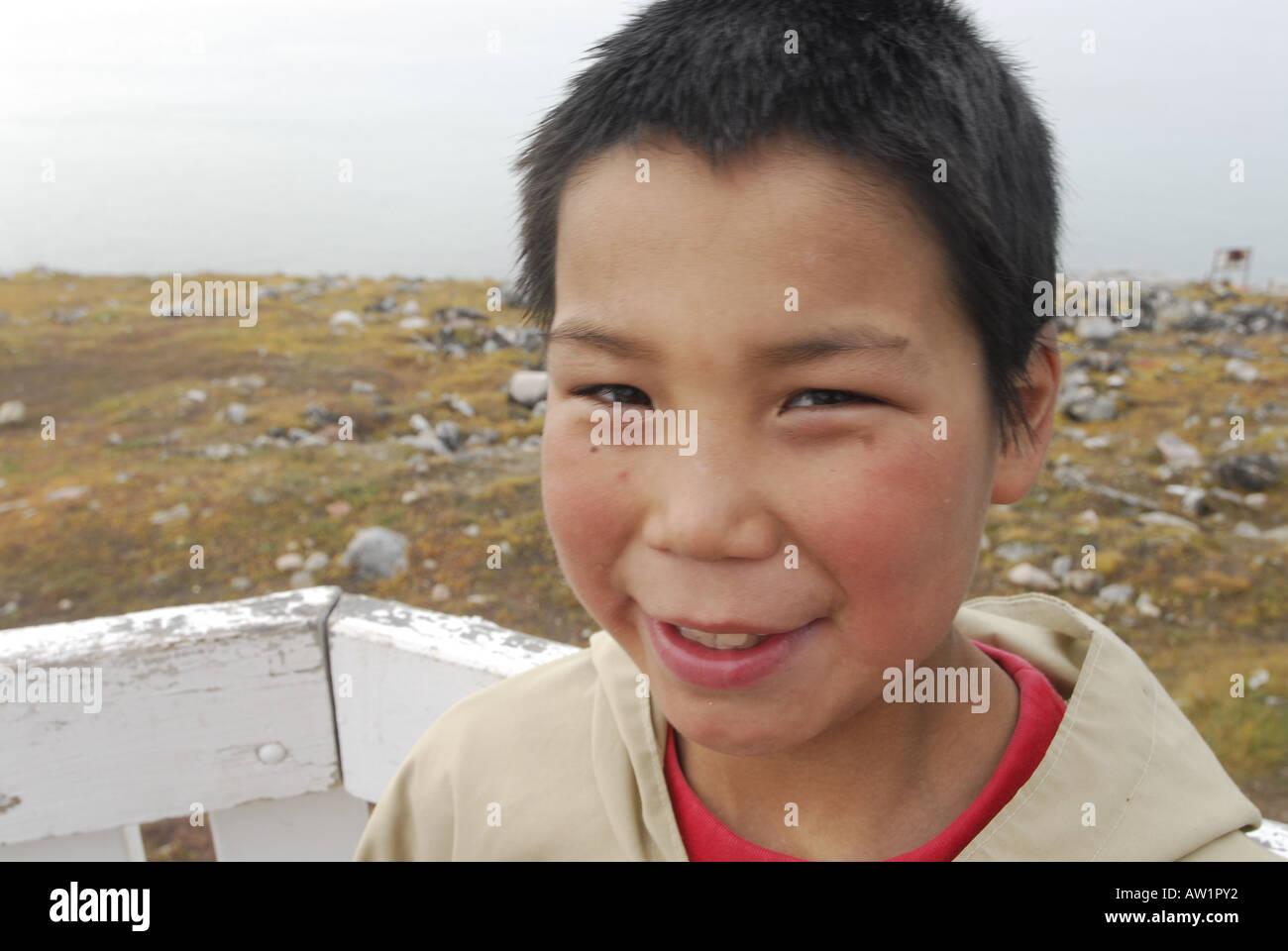 Los Inuit de la isla de Baffin entrada estanque chico alto Ártico Canadá turísticos remotos aislados Senderismo Senderismo la niebla rock rockly lengua indígenas Imagen De Stock