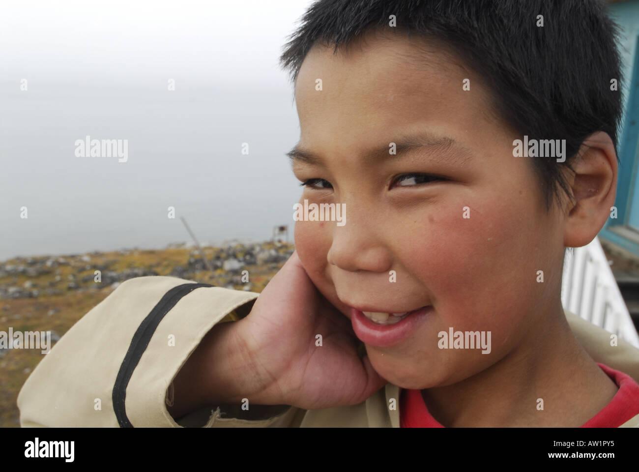 Los Inuit de la isla de Baffin entrada estanque chico alto Ártico Canadá turísticos remotos aislados Senderismo Senderismo la niebla rock rockly lengua indi Imagen De Stock