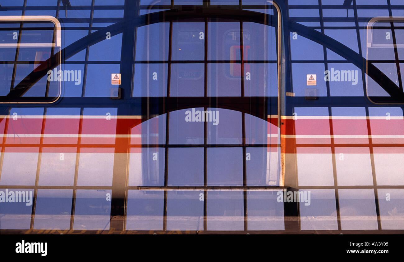 Exposición doble imagen: Ferrocarril arcos superpuestos con los cristales de las ventanas de la estación de Waterloo, Londres, Inglaterra Imagen De Stock
