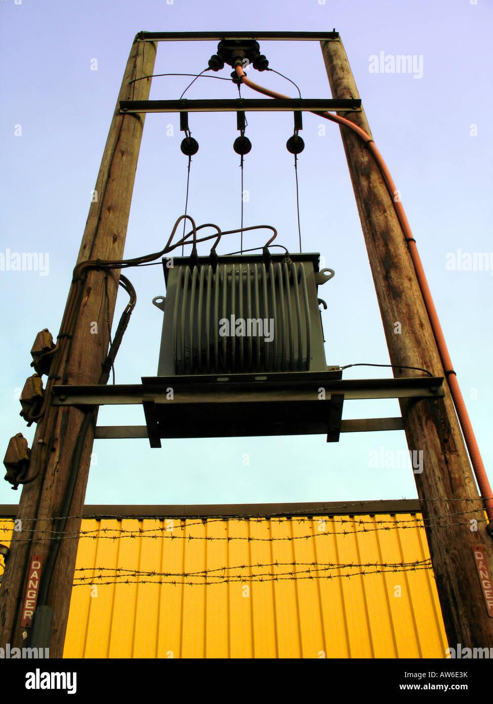 Red eléctrica transformador montado sobre una torre de postes de ...