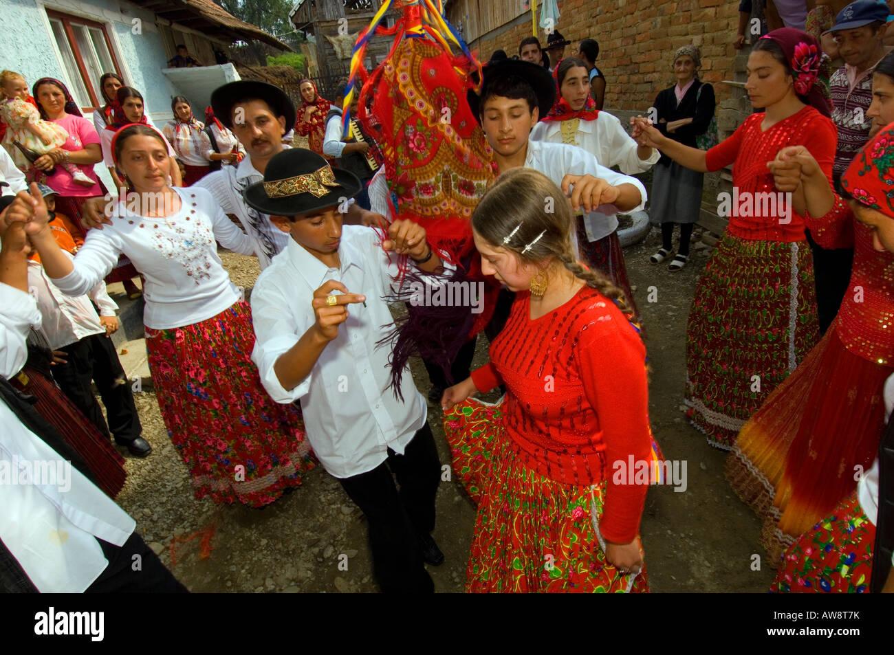 Europa Rumania Transilvania boda gitana adolescente danza para el novio y la  novia rodeada de los invitados a la boda