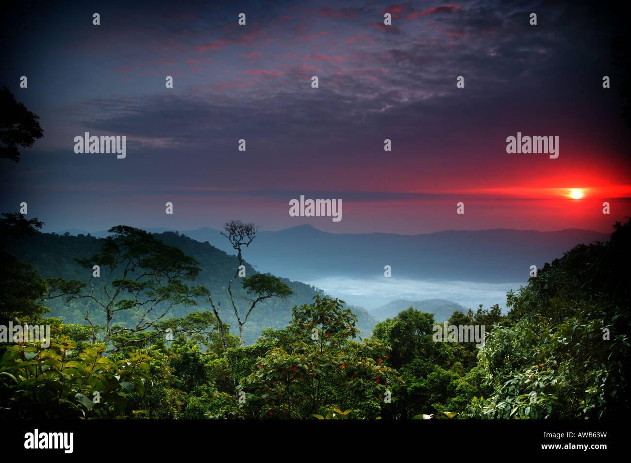 Hermoso amanecer visto desde el Cerro Pirre en el Parque Nacional del Darién, provincia de Darién, República de Foto de stock