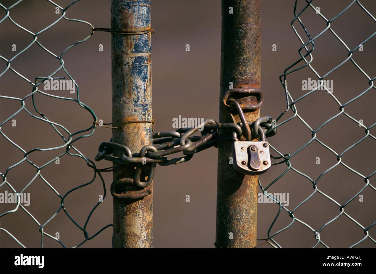 Puerta eslabonada con cadena y candado, Renania del Norte-Westfalia, Alemania, Europa Imagen De Stock
