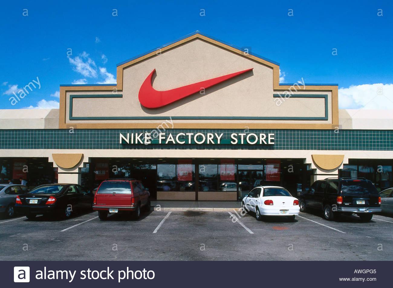 new concept a5791 1de7c Estados Unidos, la Florida, Orlando, Nike Factory Store, autos en los  estacionamientos fuera de tienda Nike de Belz Factory Outlet World
