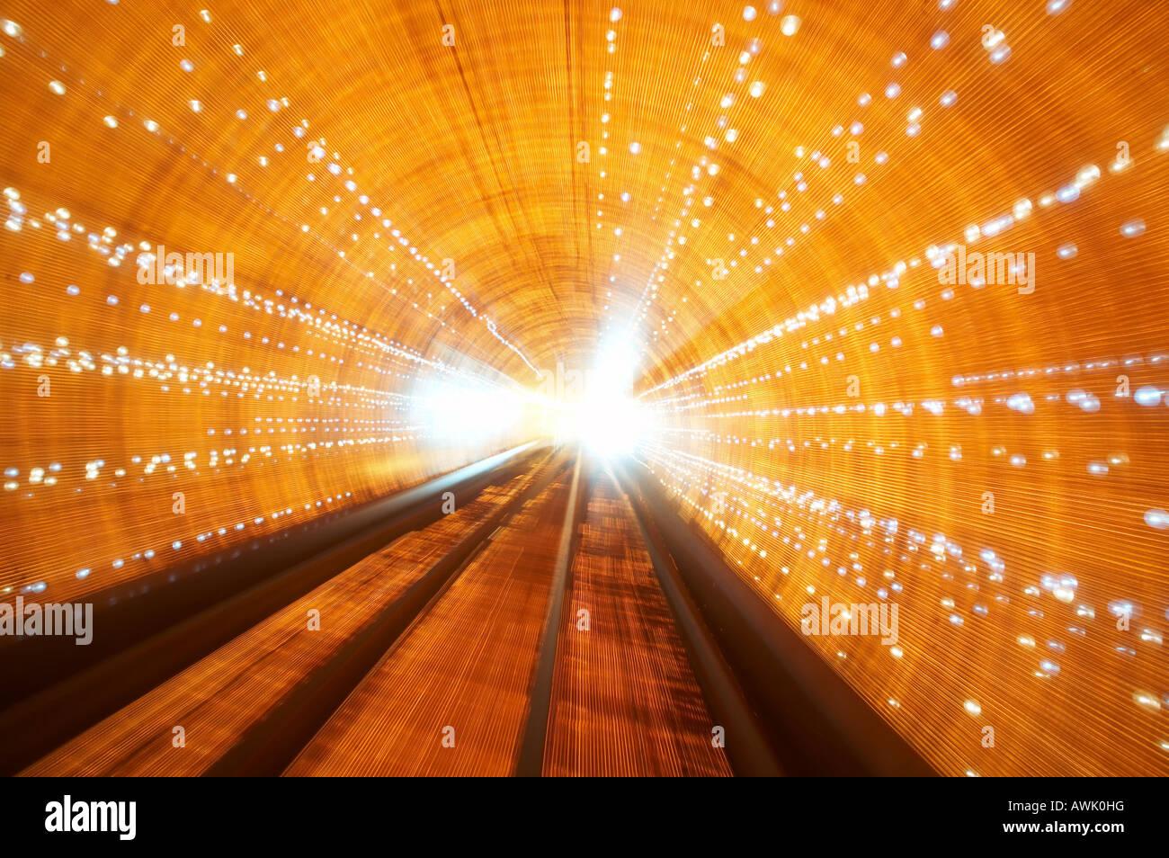 La colorida Bund Sightseeing tren del túnel bajo el río Huang Pu conecta Puxi y distritos de Pudong en Imagen De Stock