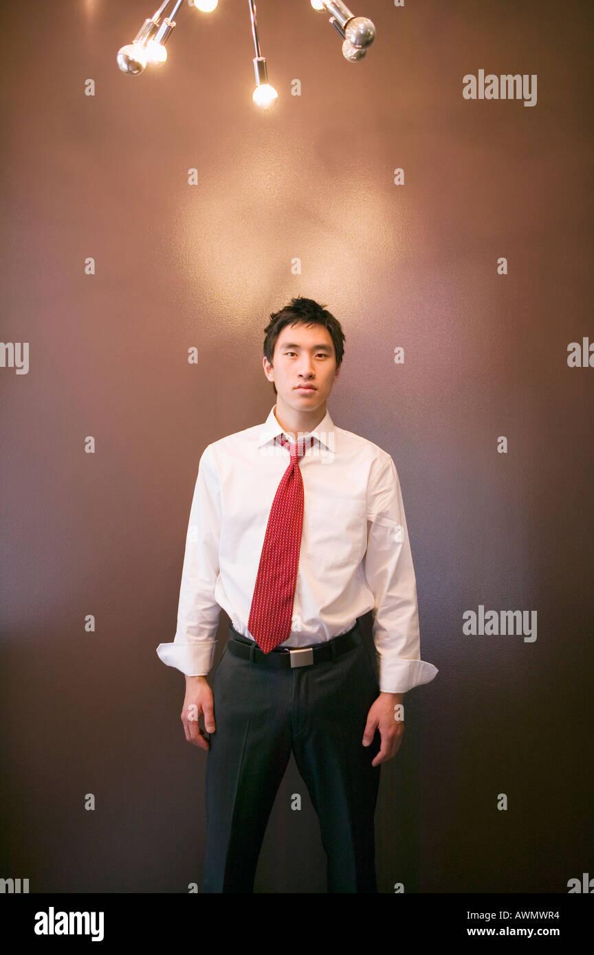 Empresario asiático bajo iluminación Foto de stock