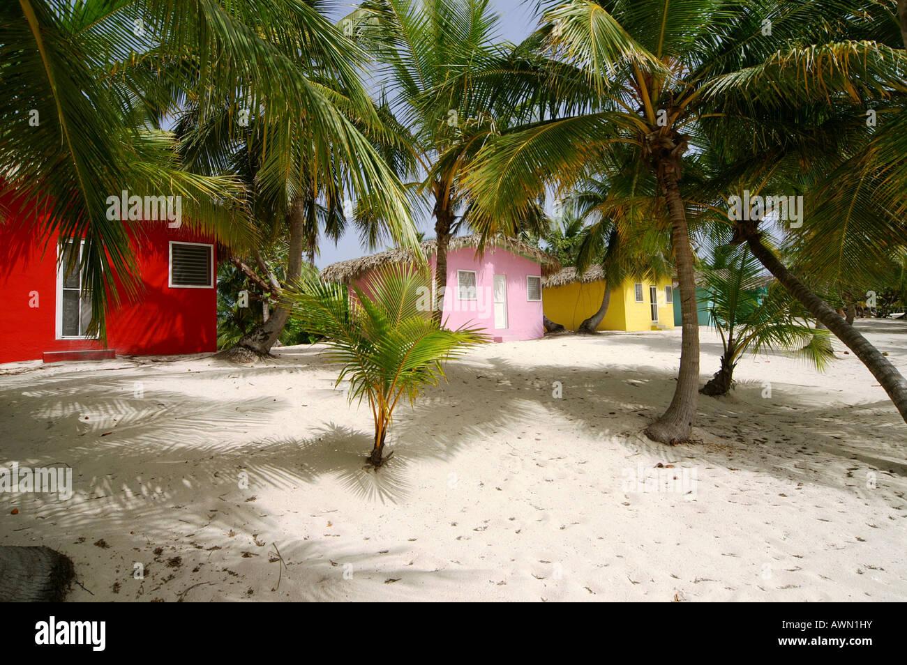 Coloridas casas del Caribe en la playa de la Isla Catalina, República Dominicana, El Caribe, América Imagen De Stock