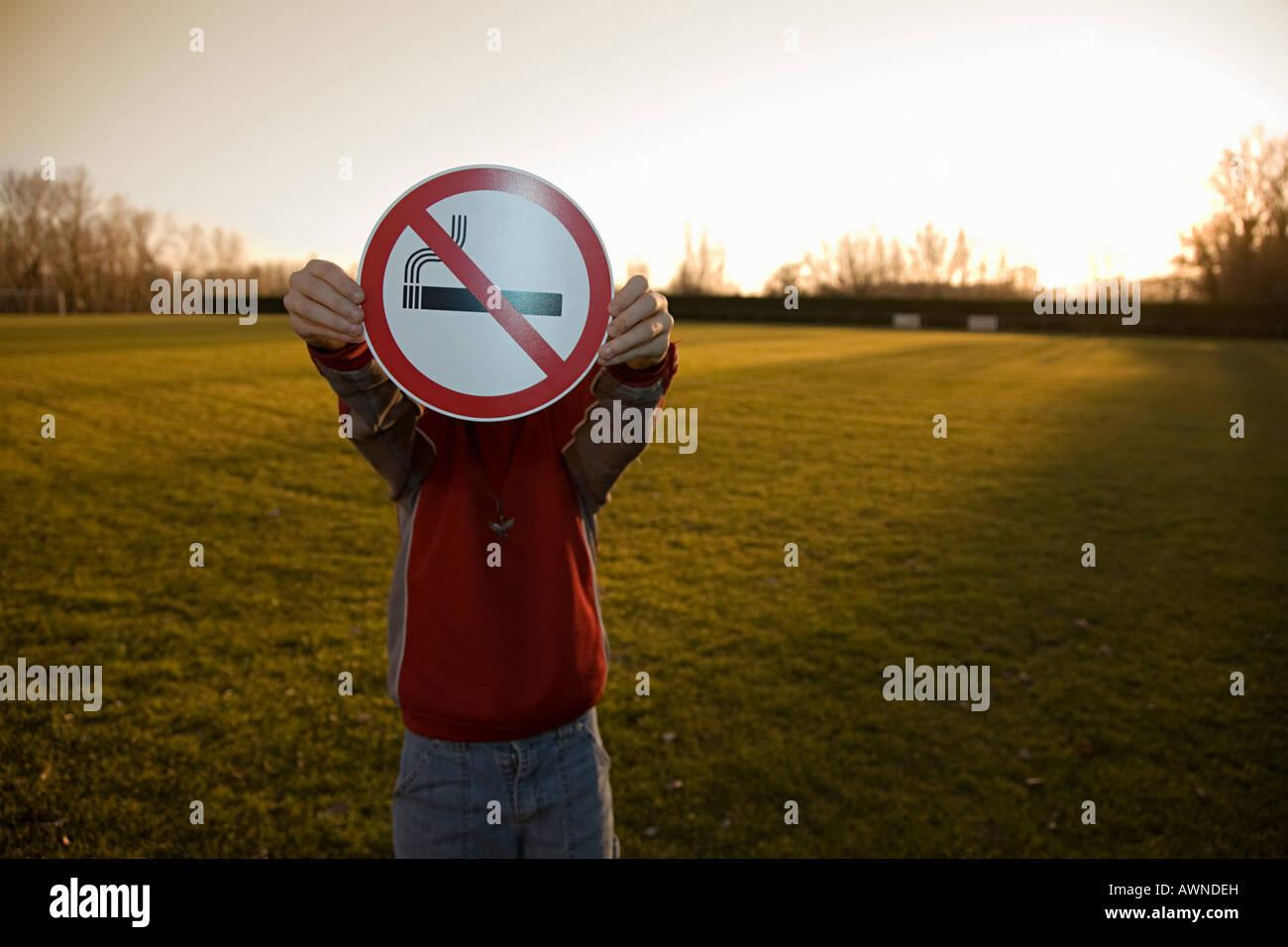 Niño sosteniendo un cartel de no fumar Imagen De Stock