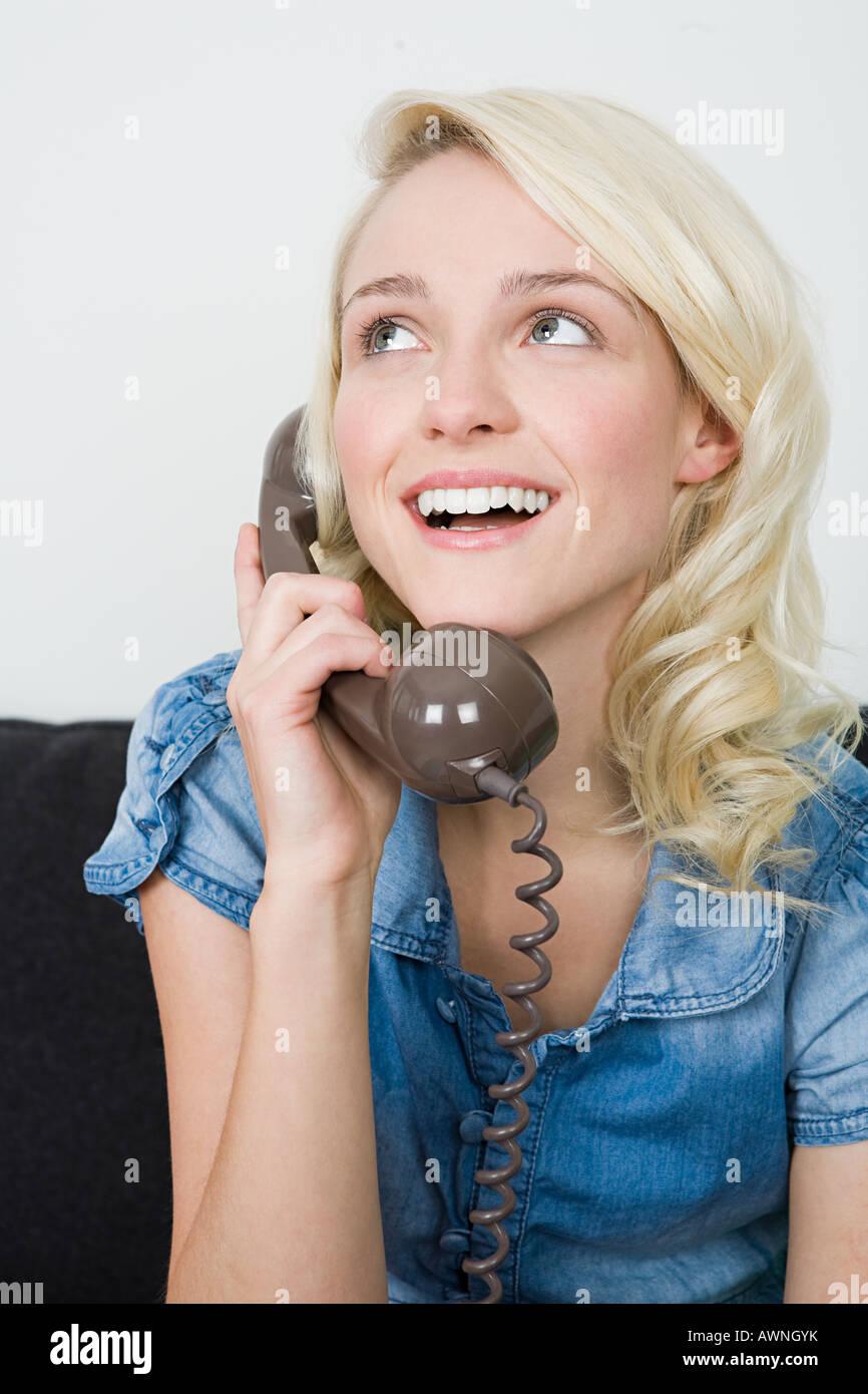 Mujer joven haciendo una llamada telefónica Imagen De Stock