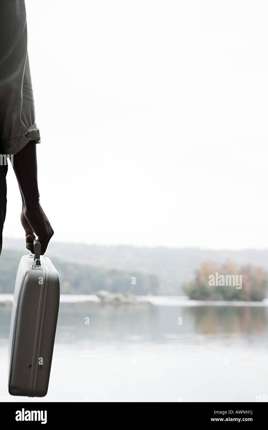 Una persona titular de un maletín. Imagen De Stock