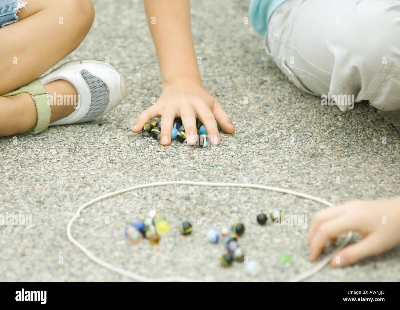 Niños Jugando A Las Canicas En Asfalto Foto Imagen De Stock