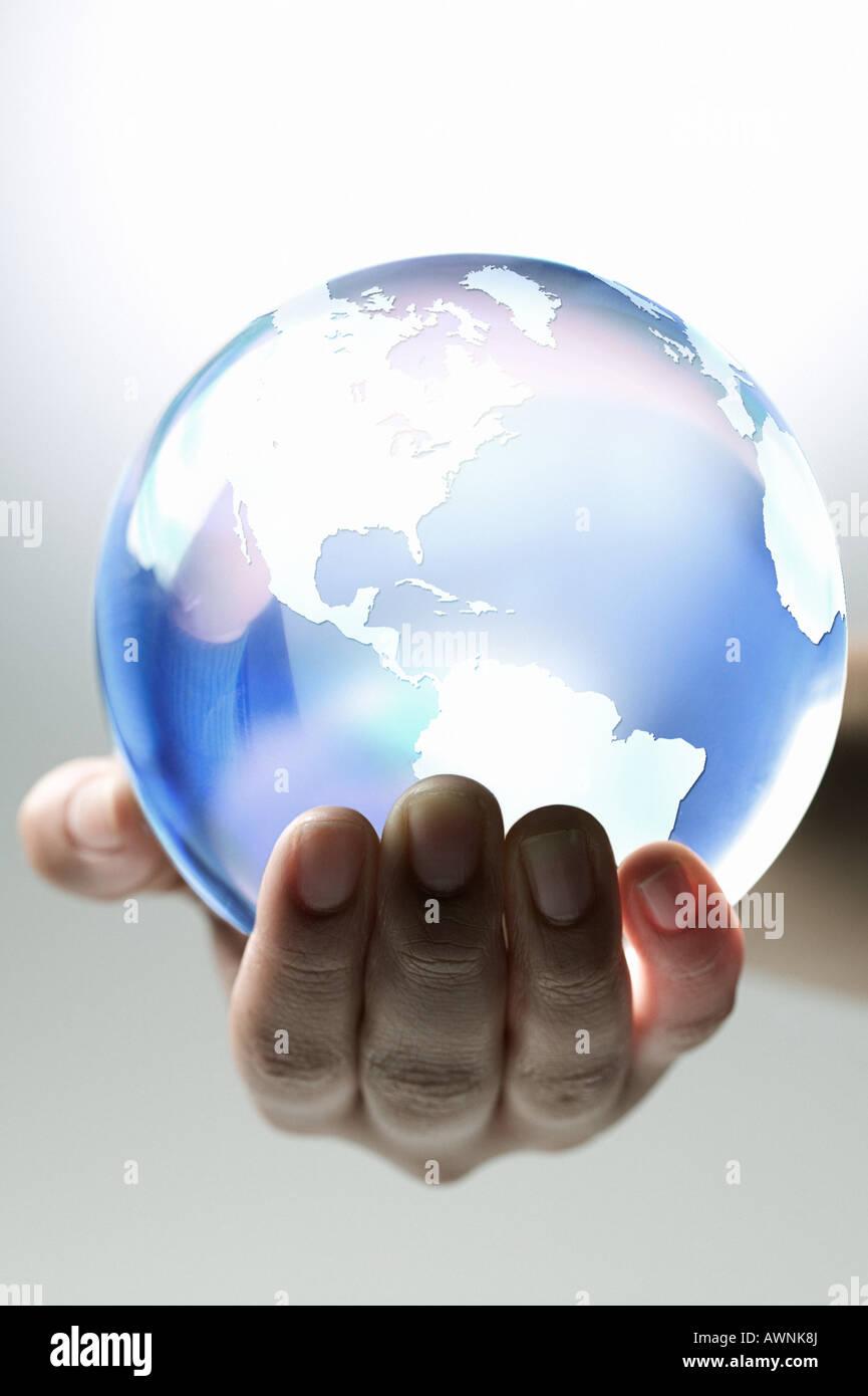 Una persona sosteniendo el planeta tierra Imagen De Stock