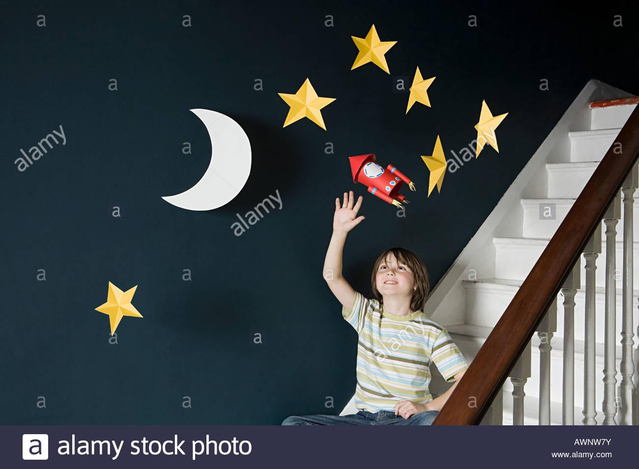 Un muchacho ondeando en un espacio Imagen De Stock