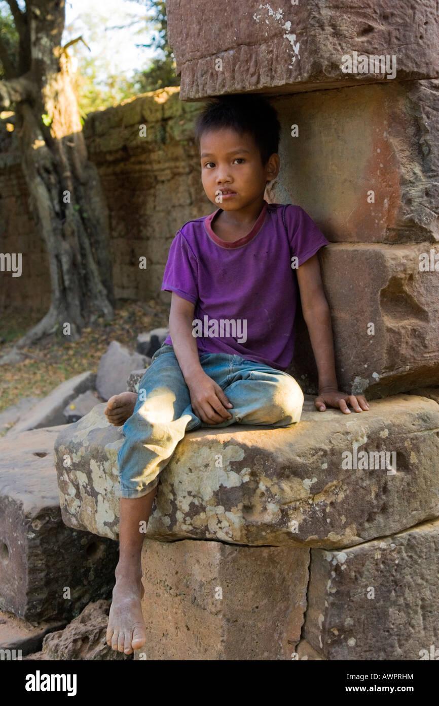 Joven en las ruinas de Angkor, en Camboya, Asia Imagen De Stock