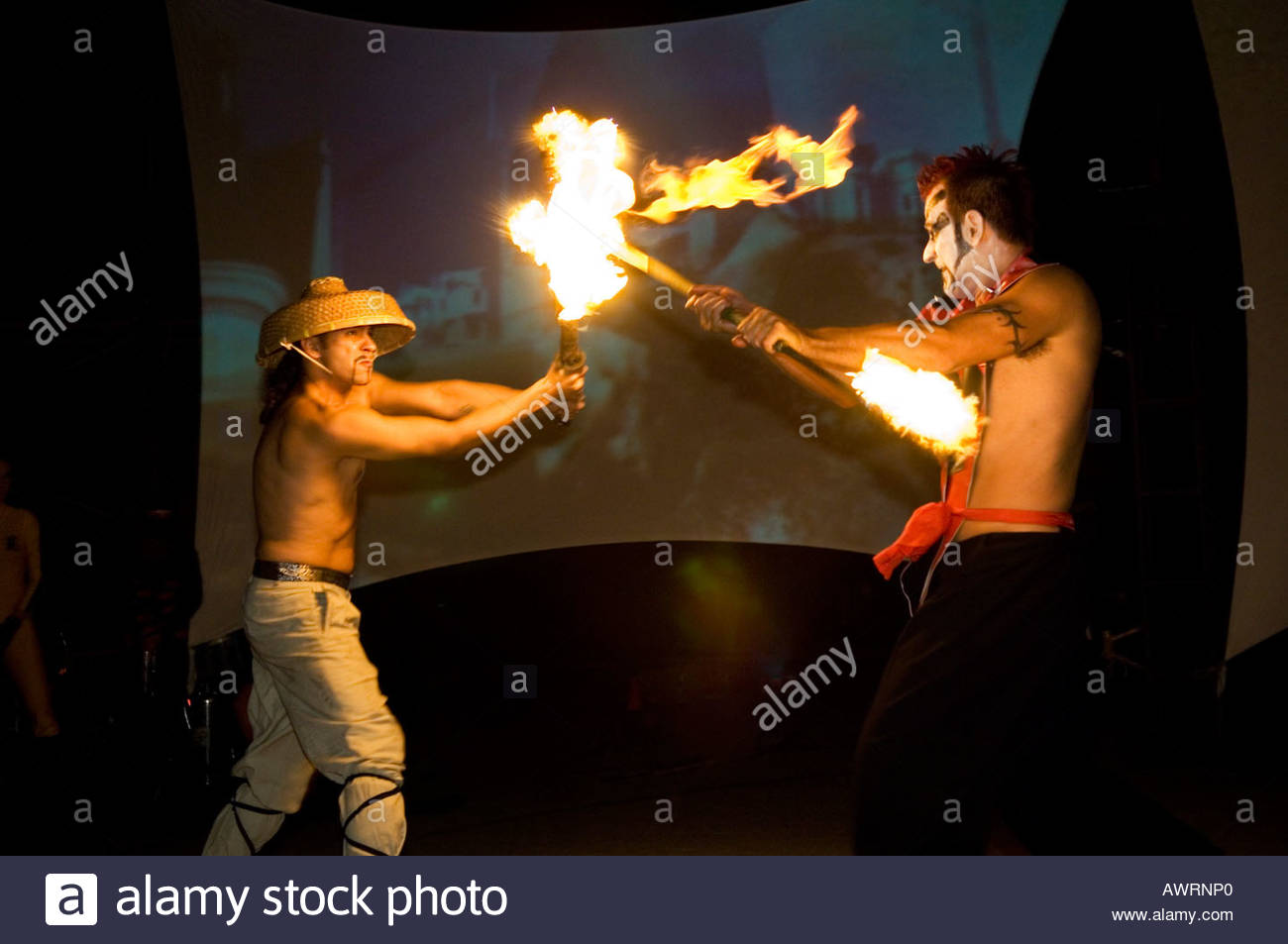 Artistas elemental otro grupo pirotécnico basado actuando en una Flam Chen show teatral llamado KABOOM Imagen De Stock