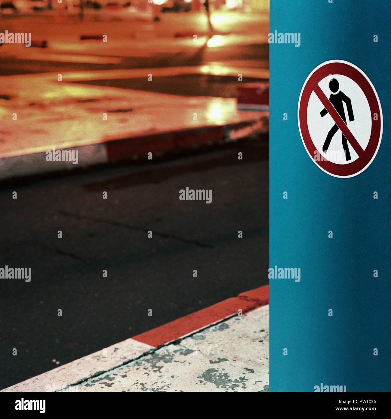 No hay signo de peatones, noche Imagen De Stock