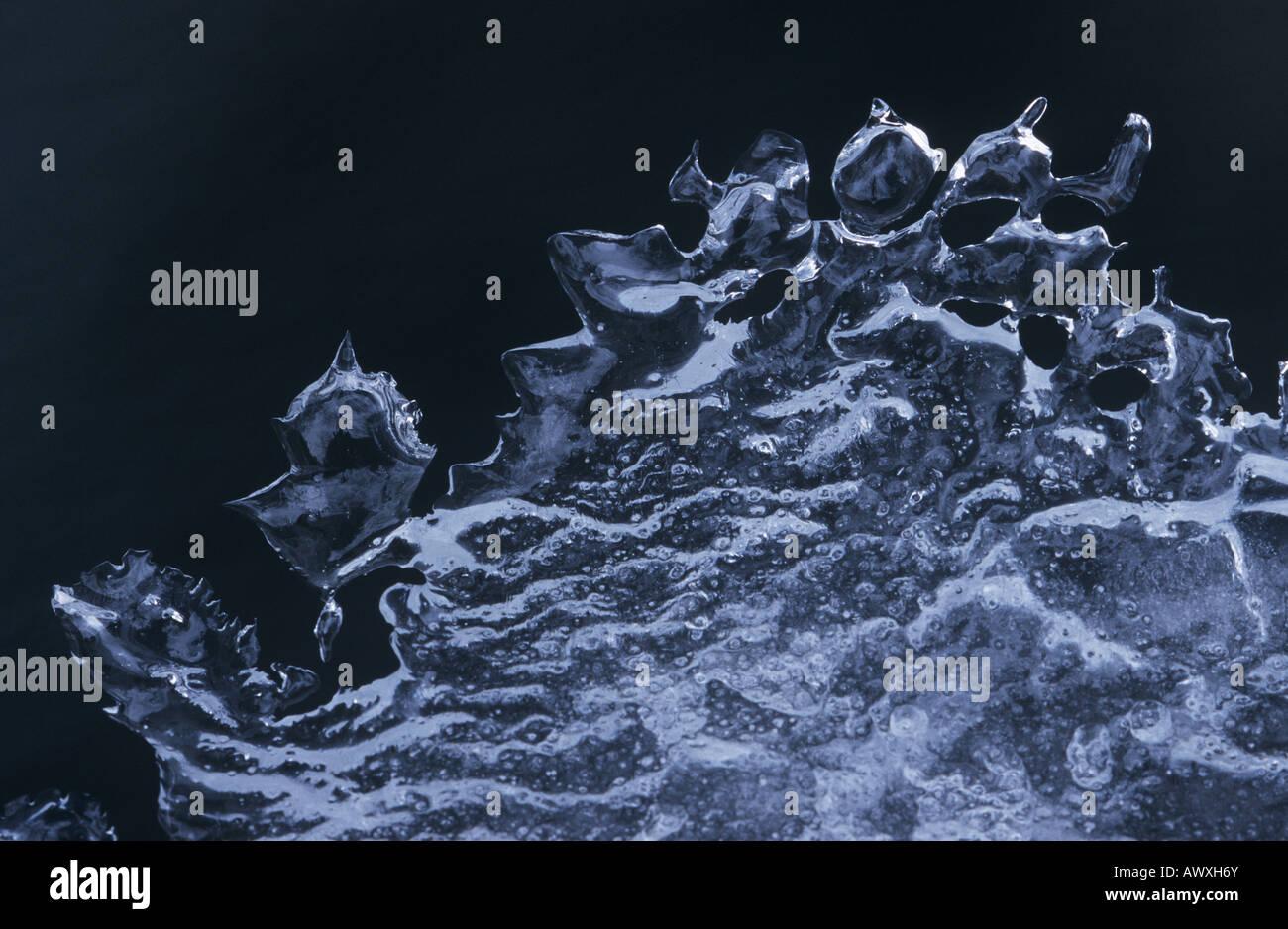 Patrón de hielo contra el fondo negro Foto de stock