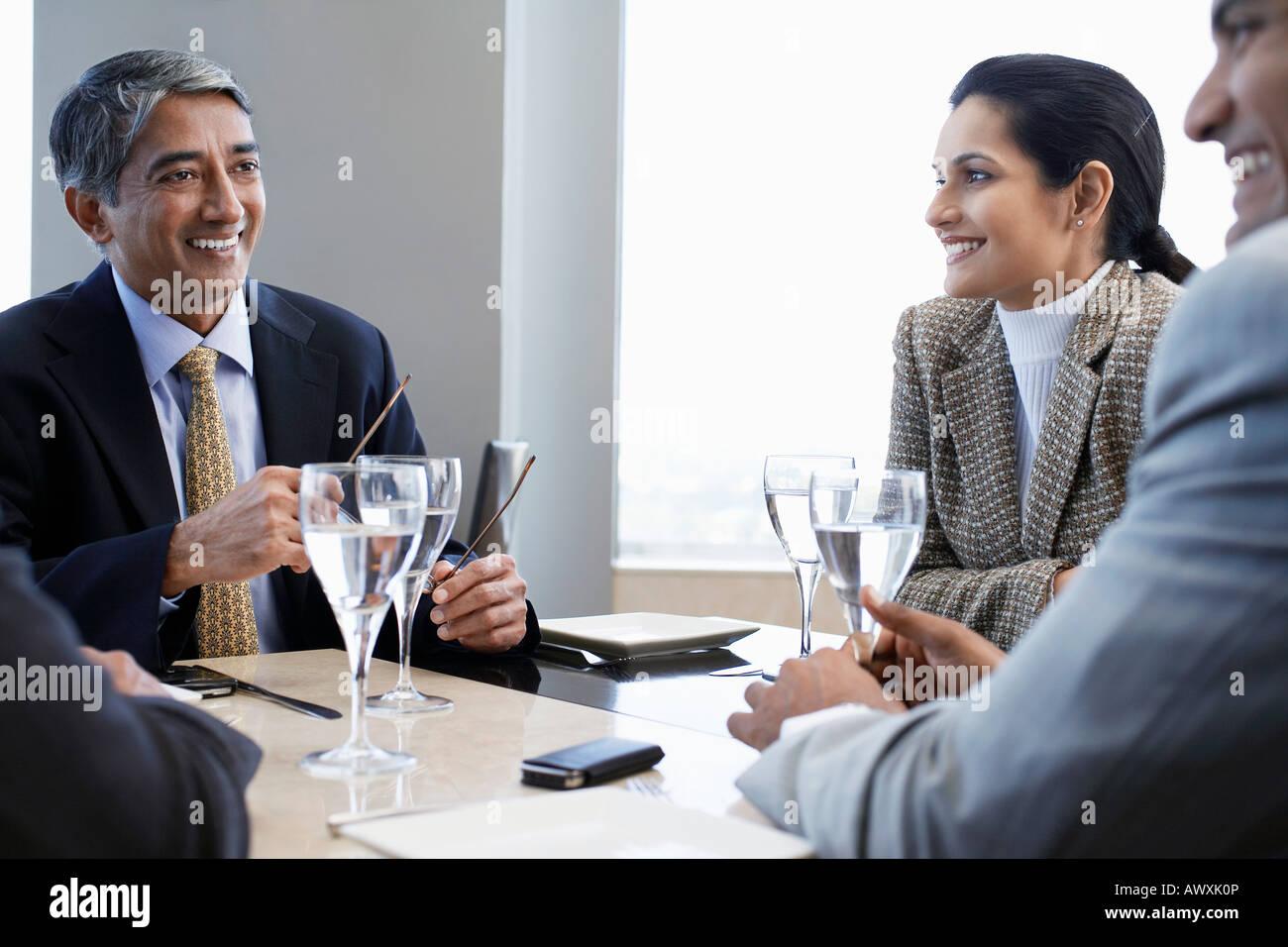 Asociados de negocios sonriendo tener reuniones de negocios Imagen De Stock