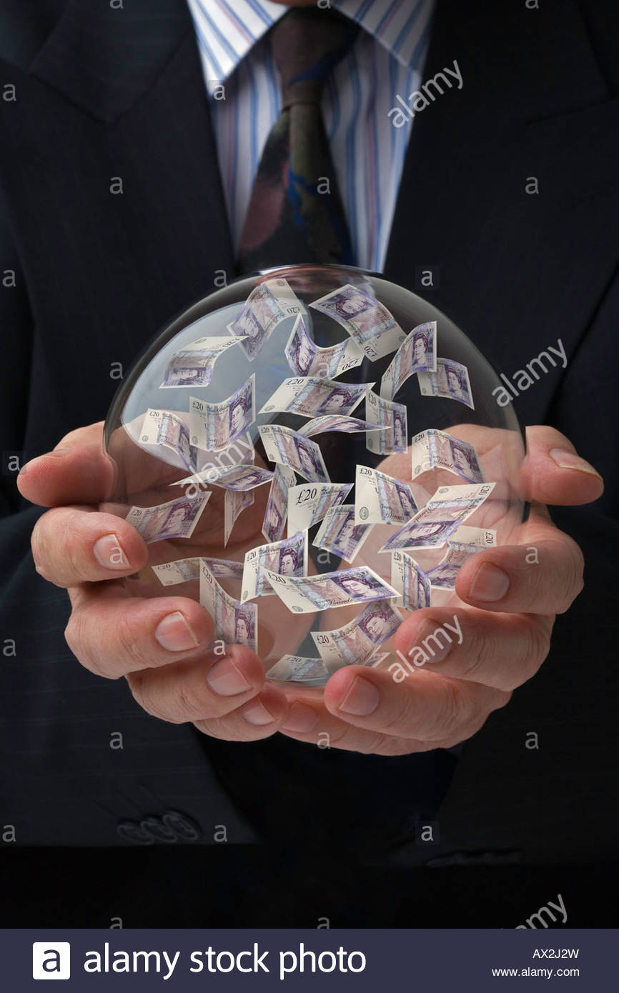 Empresario sosteniendo una bola de cristal prediciendo el futuro de la libra esterlina Foto de stock