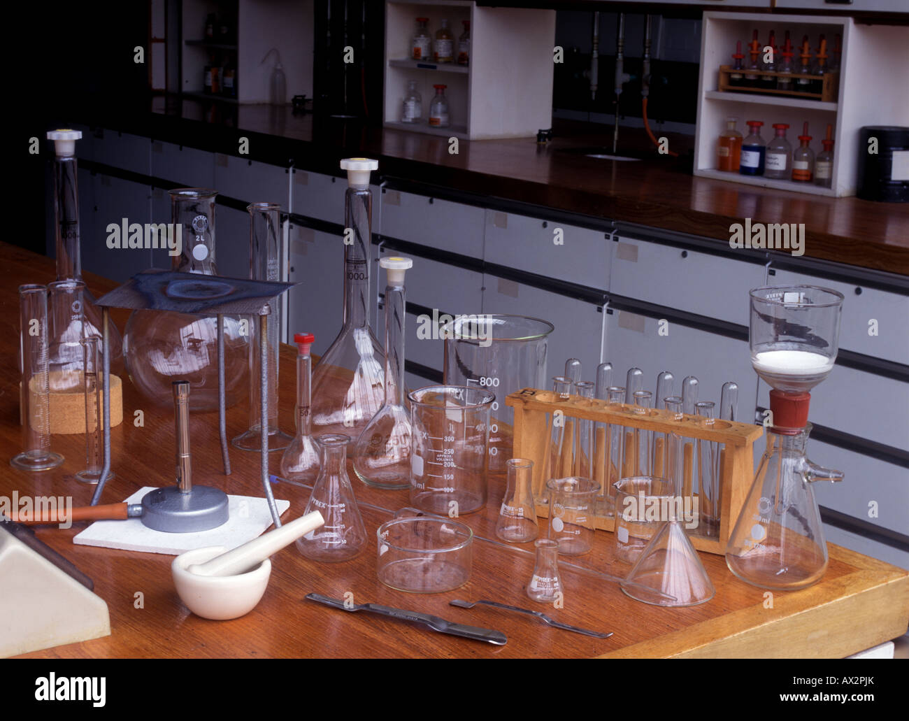 El material de vidrio de laboratorio en un laboratorio Imagen De Stock