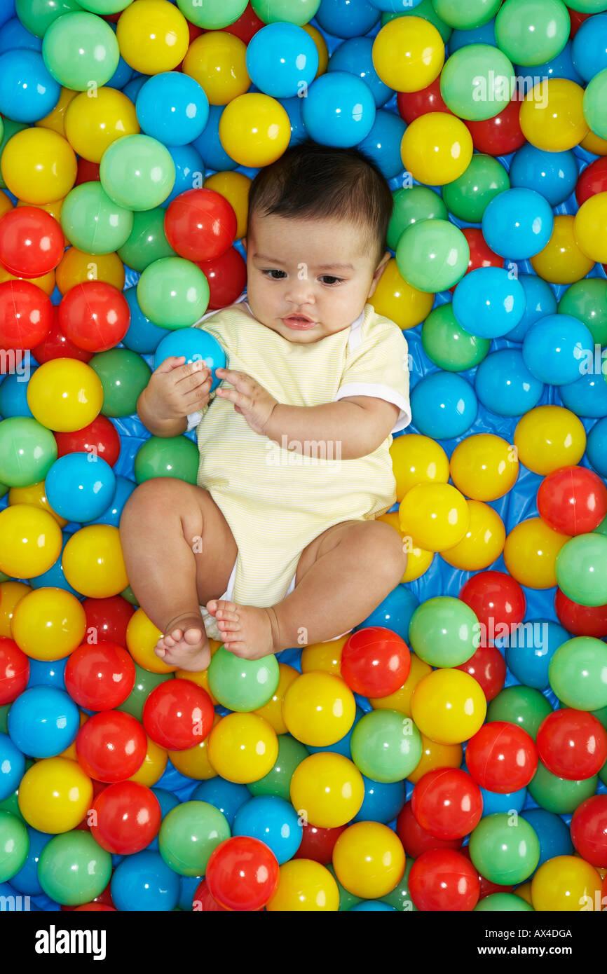 Baby Girl en piscina de bolas Foto de stock