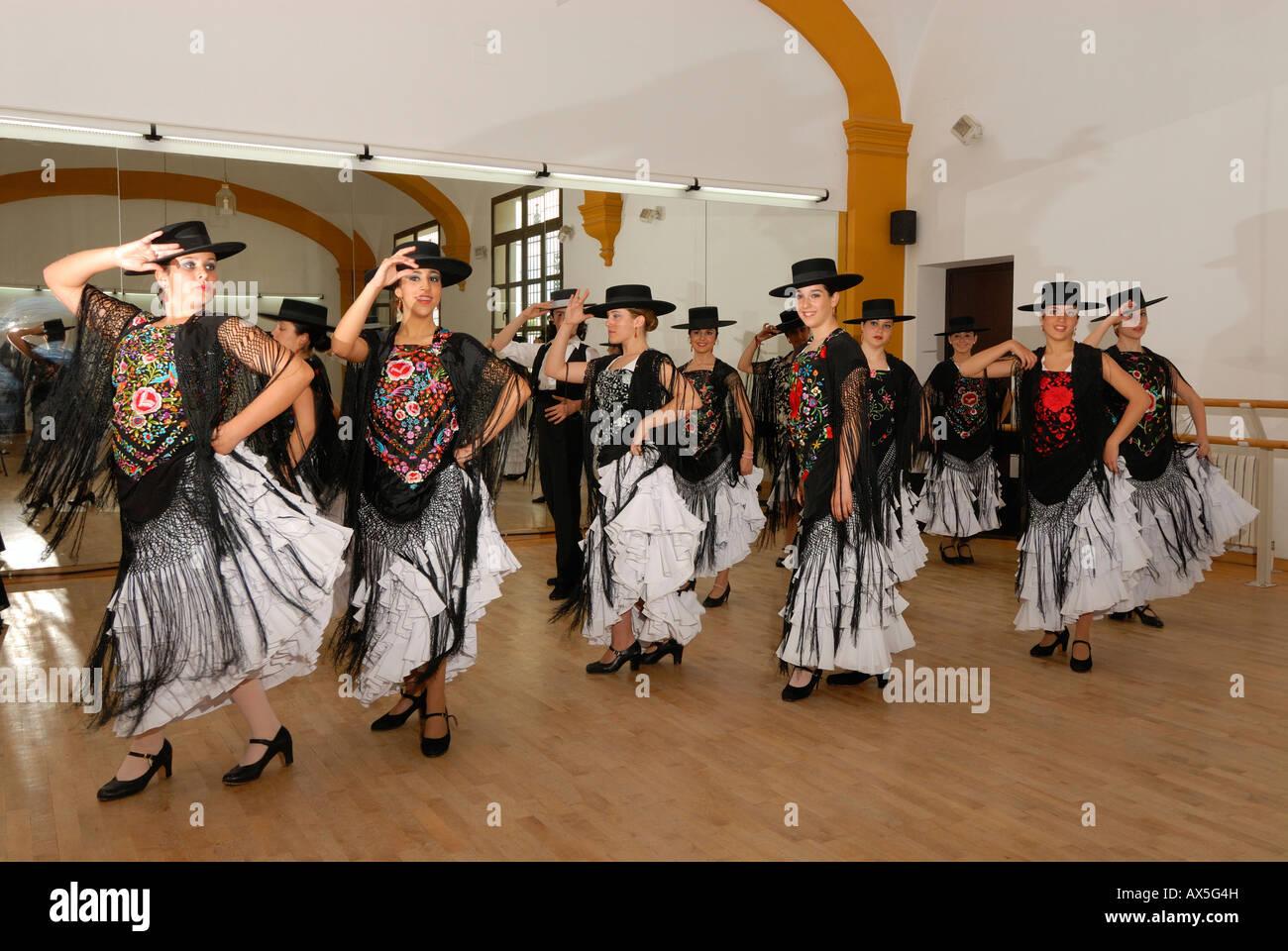 Grupo Flamenco practicando en el Conservatorio de Danza, Sevilla, Andalucía, España, Europa Imagen De Stock