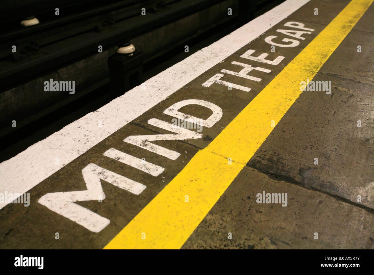 Cuenta la brecha - Recordatorio de seguridad en el sur de la estación de metro de Wimbledon, Londres, Inglaterra, Reino Unido, Europa Foto de stock