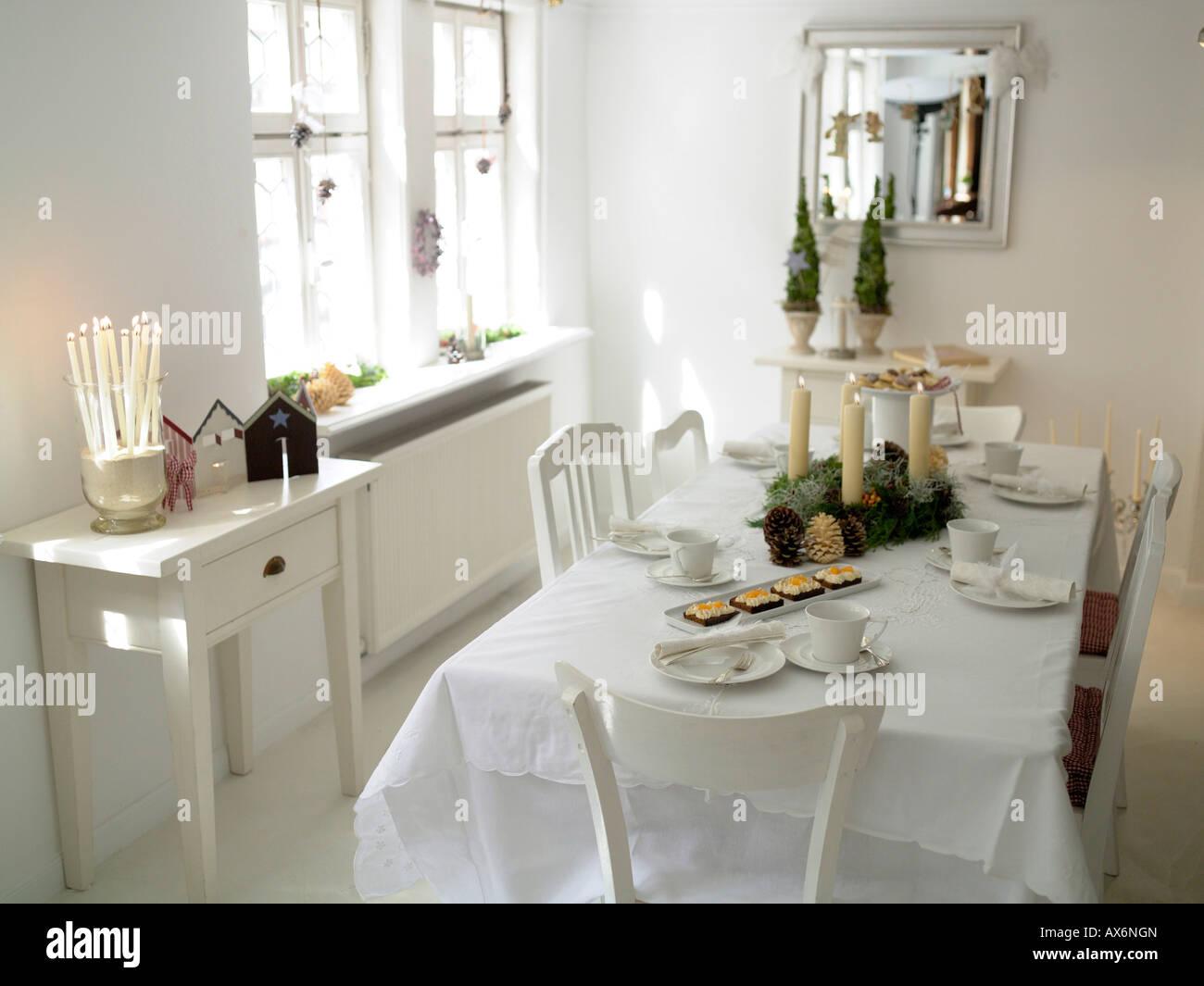 Pasteles con velas y los conos de pino en la mesa de comedor Imagen De Stock