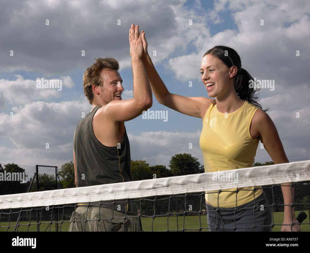 Los jugadores de tenis haciendo un alto cinco Foto de stock