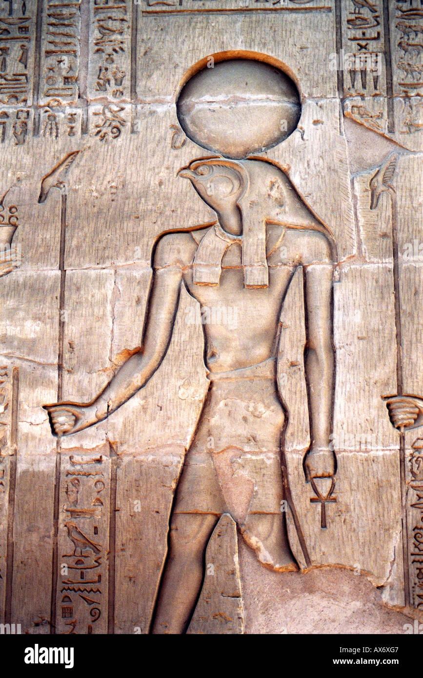 Talla de alivio de Ra, el dios Sol, el templo de Karnak, Luxor, Egipto Foto de stock